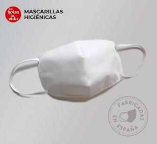 Una mascarilla homologada reutilizable de 5 capas, color blanco, detalle frontal. Norma UNE 0065.